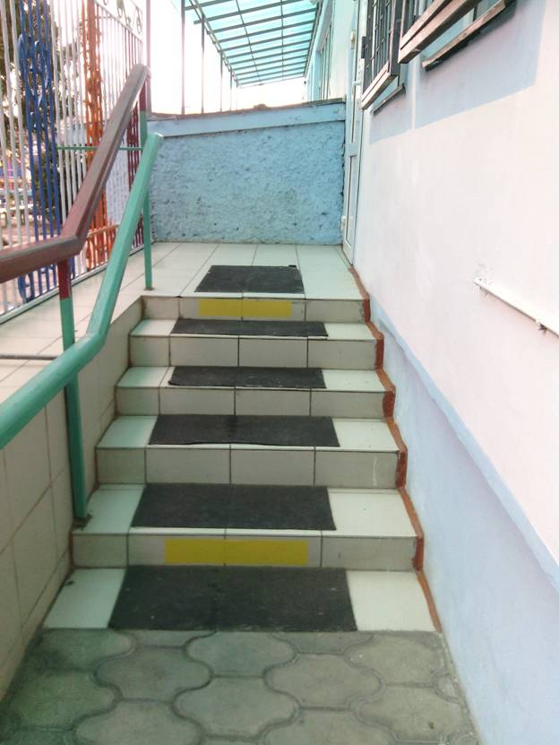 цветовые ориентиры на ступеньках при входе в ДОУ.